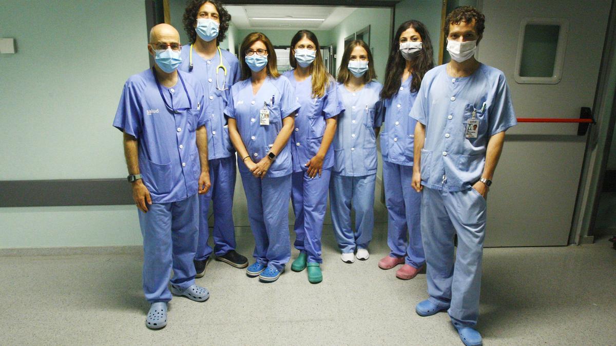 El equipo de intensivistas de la uci polivalente del hospital Miguel Servet, ayer ante las puertas del servicio.