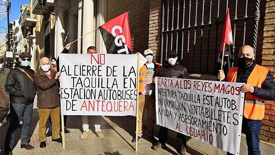 CGT denuncia en Antequera la dejadez del transporte público
