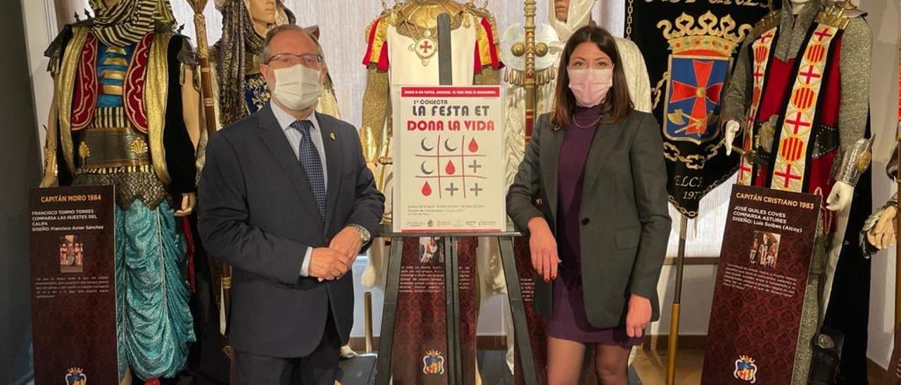 El presidente de Moros y Cristianos y la concejala de Sanidad haciendo un llamamiento a la donación en Elche