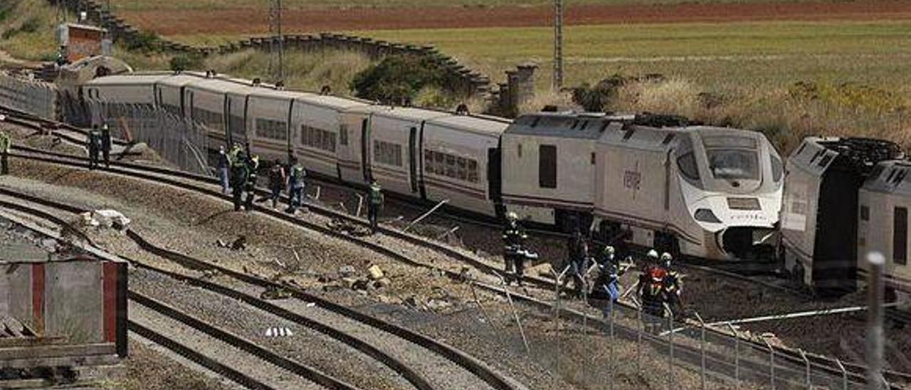 Estado en el que quedó el tren tras el impacto contra el todoterreno que cayó a las vías en la base zamorana de La Hiniesta.