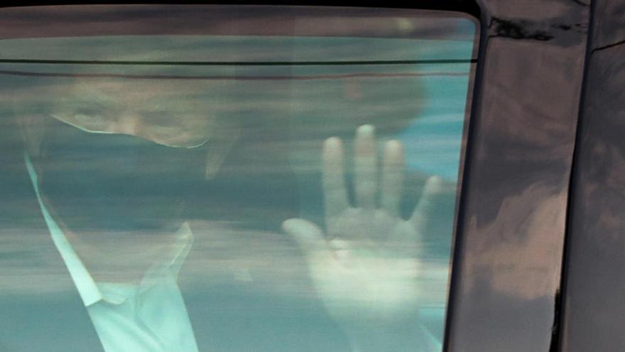 Trump es passeja en cotxe pels voltants de l'hospital on està ingressat per covid-19