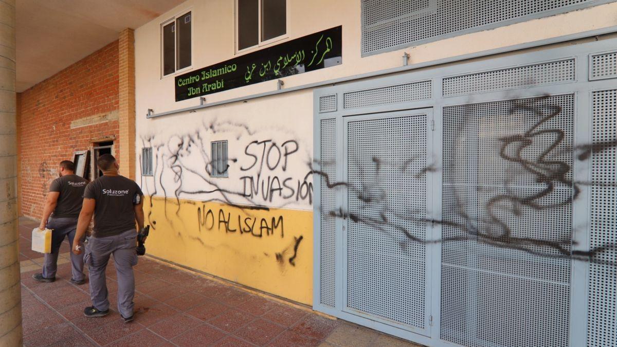 La mezquita ha amanecido esta mañana con las pintadas en su fachada