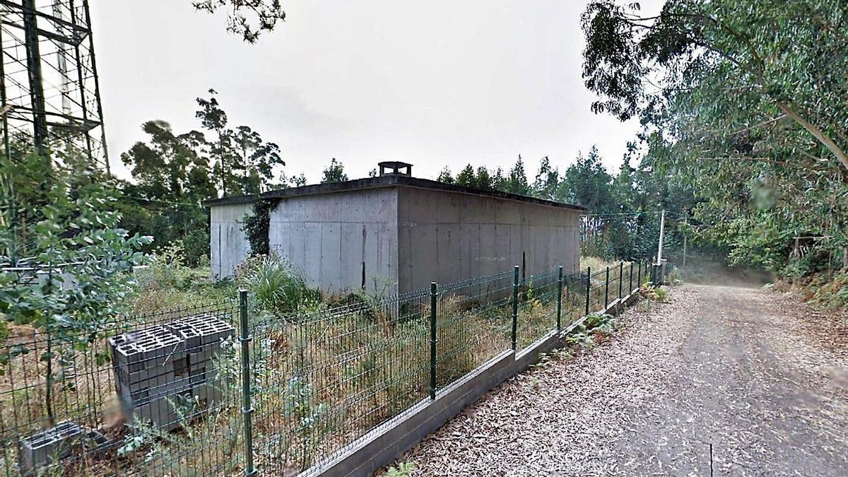 Pequeño depósito existente ahora en Sarro, junto a una antena de telefonía. |   // L.O.