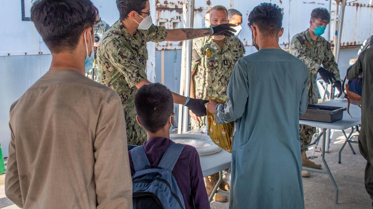 Ciudadanos afganos a su llegada a Rota.