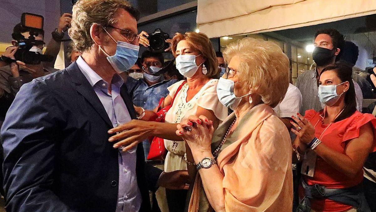 Alberto Núñez Feijóo es felicitado por su madre tras la victoria.