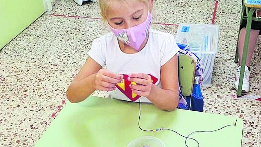 Los alumnos del José Moreno diseñan portamascarillas y los del URCI se apuntan a 'una mascarilla, una sonrisa'