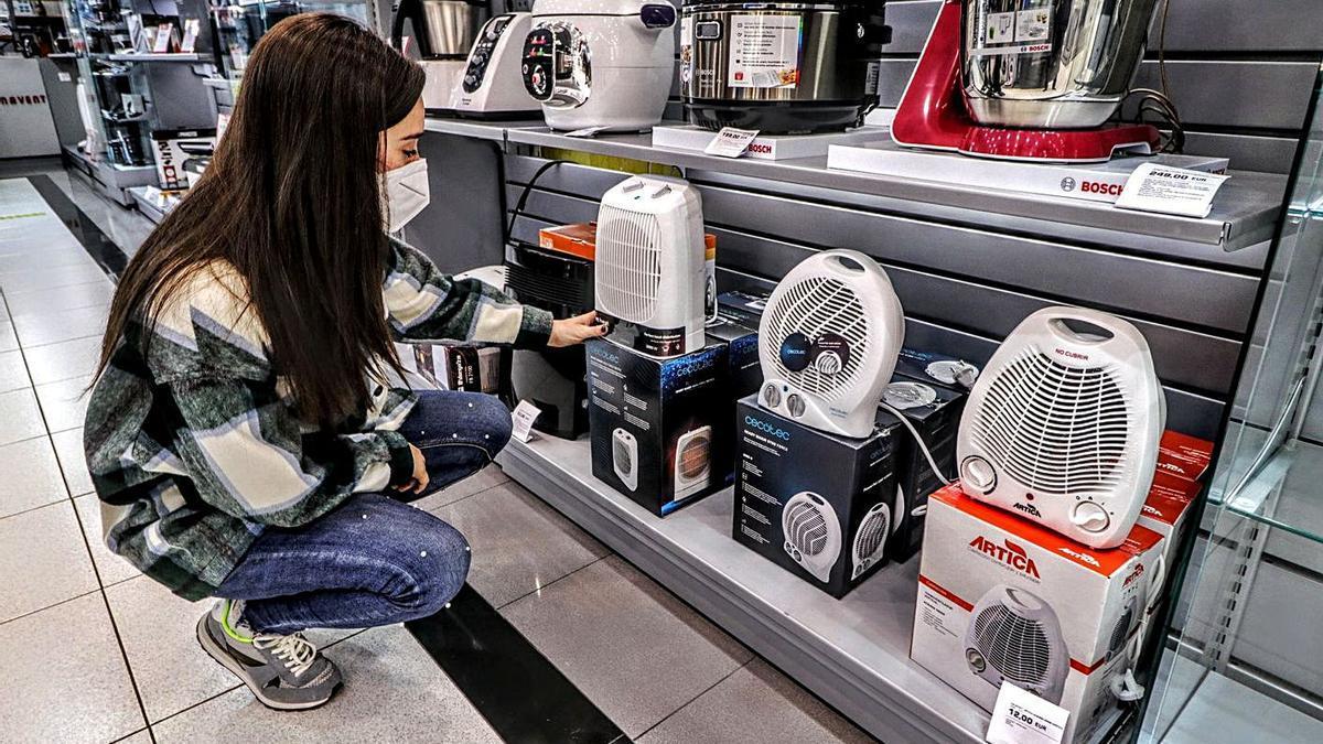 Estufas y calefactores en una tienda de electrodomésticos.