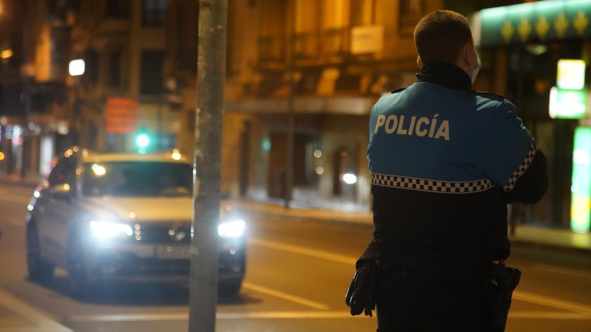 Agentes de la Policía Municipal controlan en Zamora el cumplimiento del toque de queda.