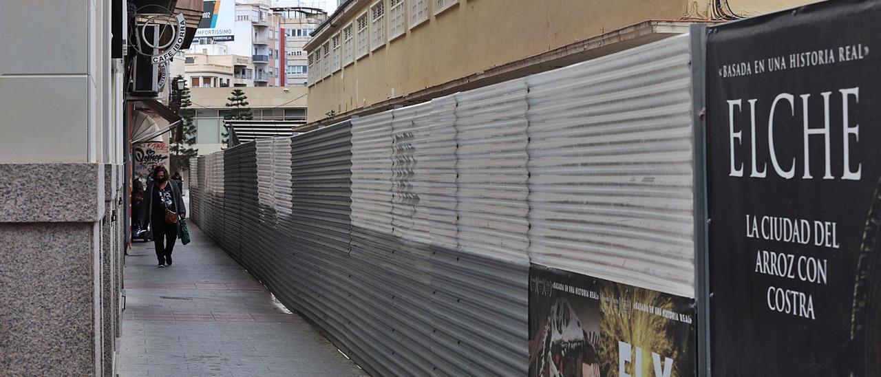 Imagen de las vallas que rodean el Mercado Central de Elche, cuyo desmontaje sigue paralizado.