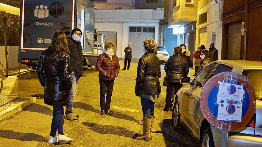 Concentración  Los vecinos protestan por la desaparición del servicio