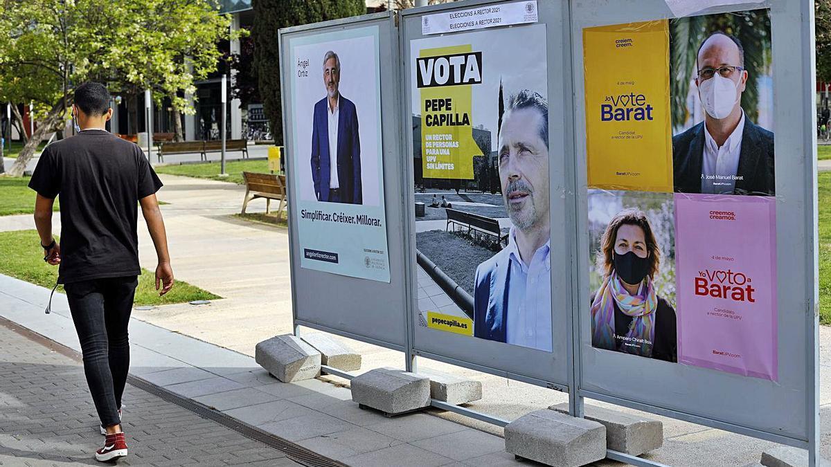 Los carteles electorales ya lucen en los espacios habilitados del Campus de Vera. | MIGUEL ÁNGEL MONTESINOS