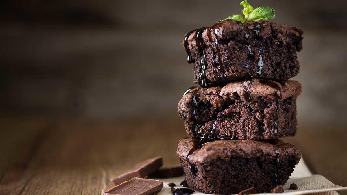 Un delicioso brownie de chocolate.