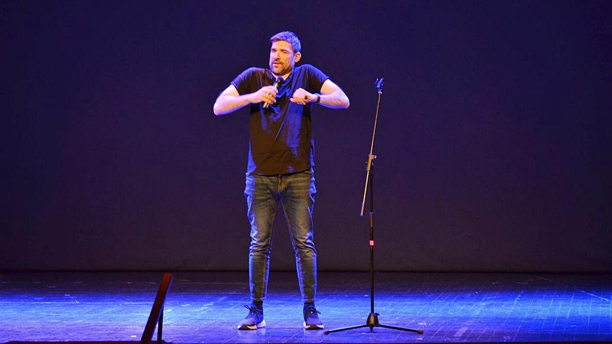 Nacho García, durante su actuación ayer en el Teatro Reina Sofía de Benavente. | E. P.