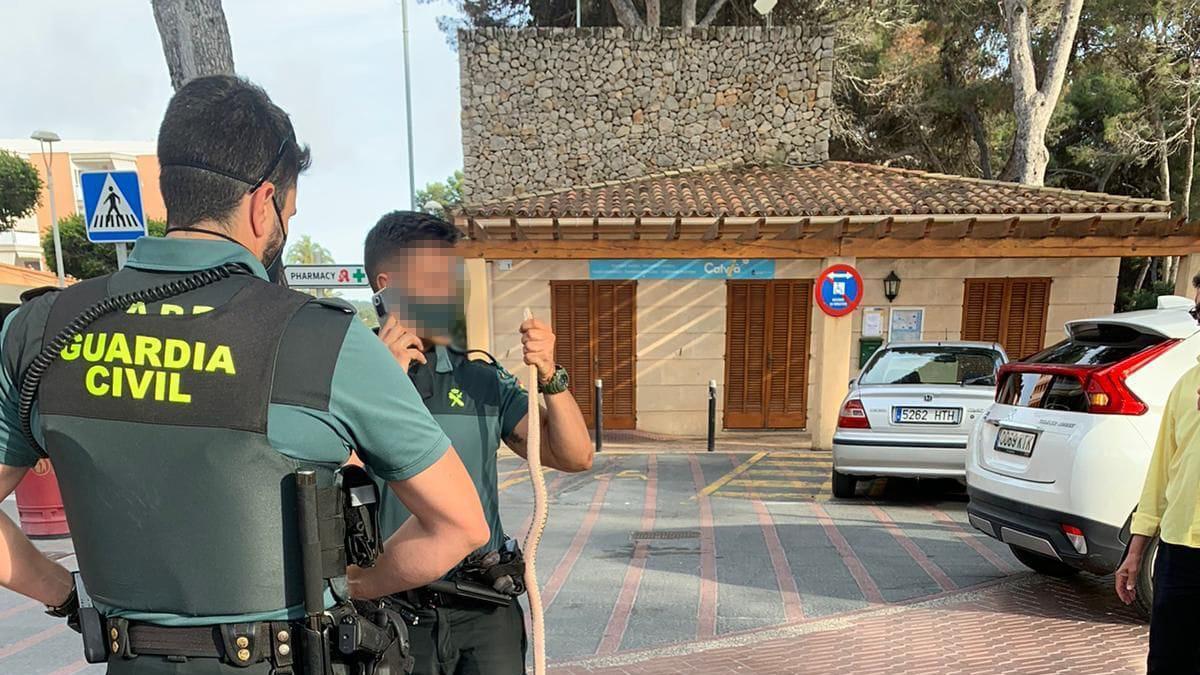 Un guardia civil sostiene la serpiente capturada la semana pasada en Santa Ponça.