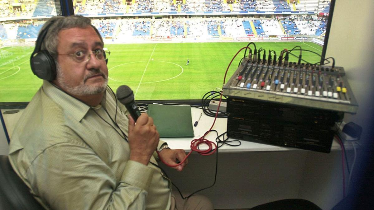 José Luis Naya, en su puesto del estadio de Riazor, en una fotografía de 2001.    // R. AGUETE