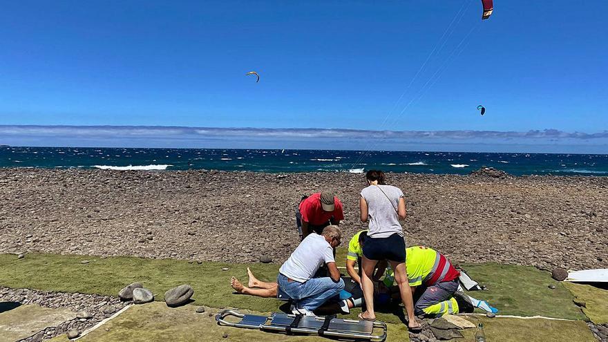 Accidente de un kitesurfista en Vargas
