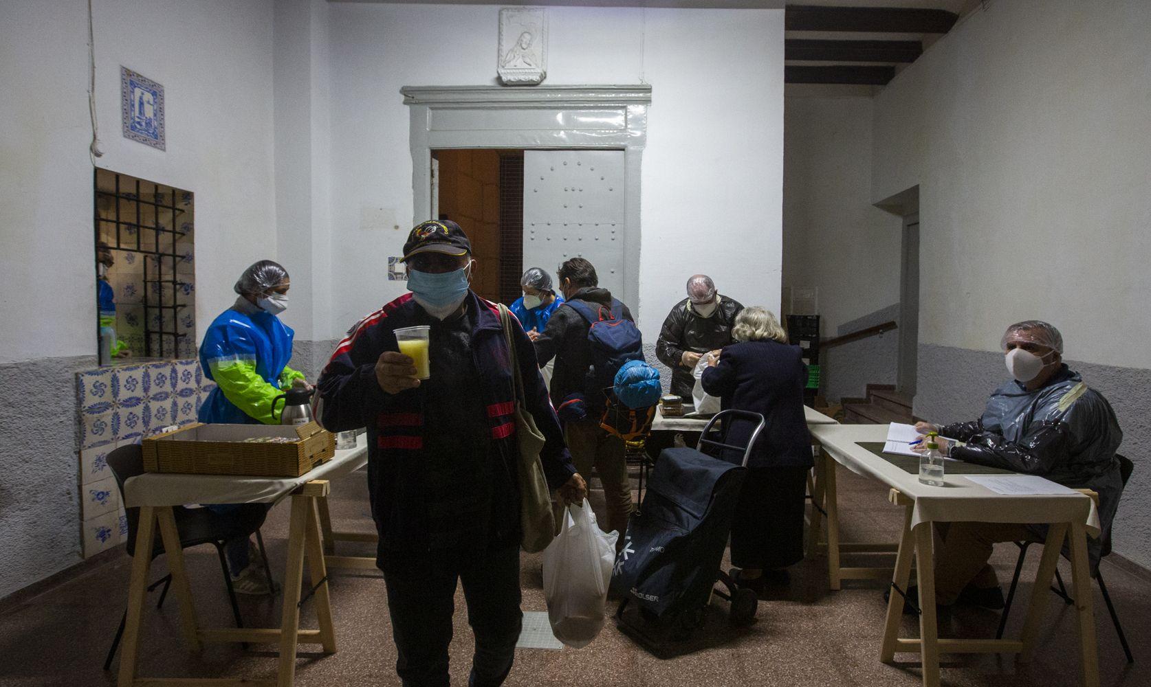 Entrega de alimentos en el convento de las Monjas de la Sangre