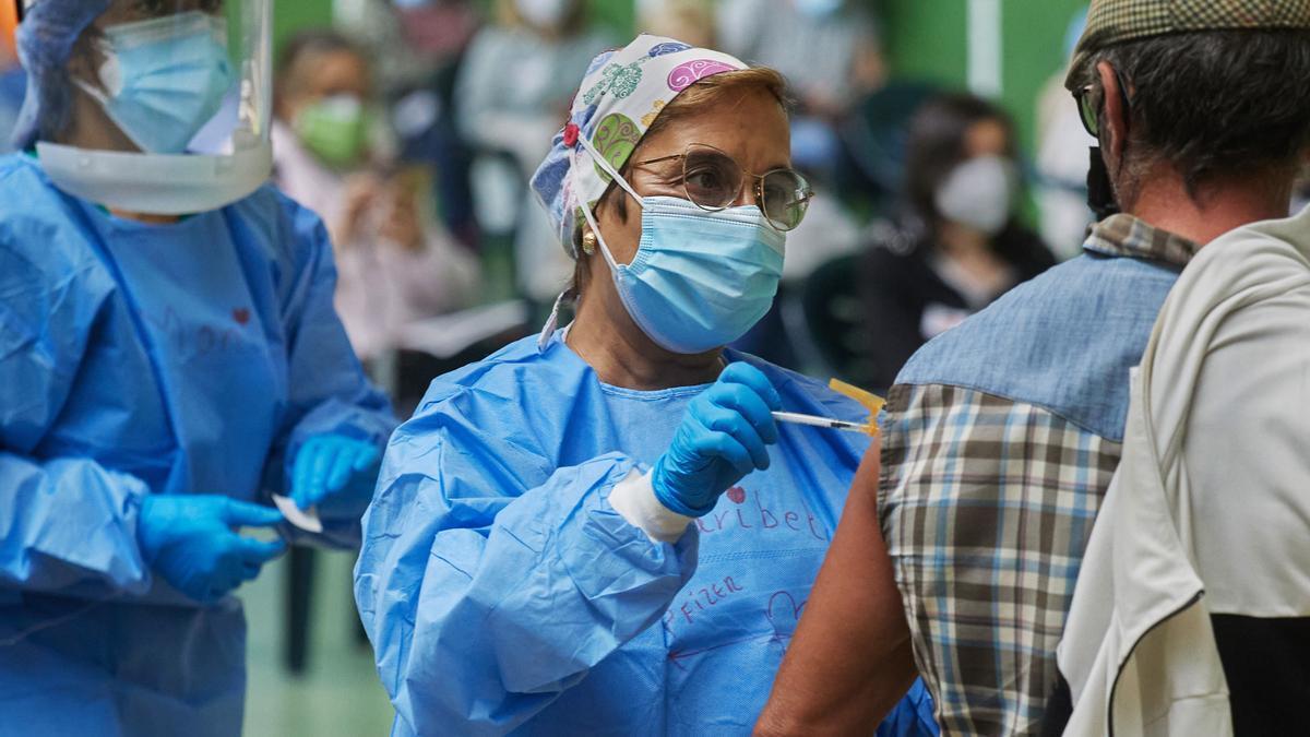 Enfermera poniendo la vacuna contra el COVID