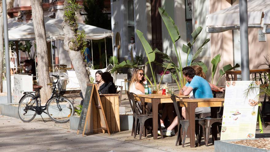 Baleares suprimirá el viernes las limitaciones horarias para bares y restaurantes