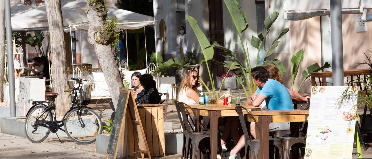 Una imagen de una terraza de Ibiza