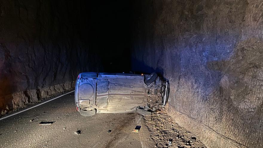 Dos heridos leves en un vuelco en la carretera de la Era del Cardón
