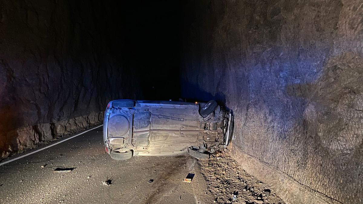 Vehículo volcado en la carretera de la Era del Cardón.