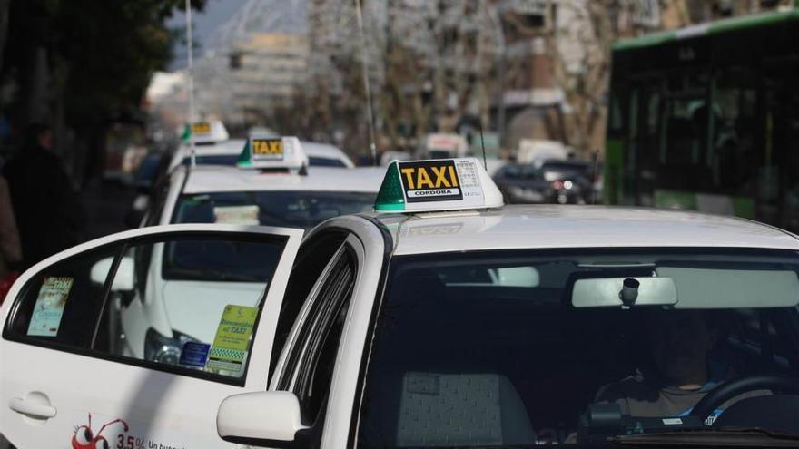 Taxistas convocan una concentración el próximo lunes contra Uber y Cabify