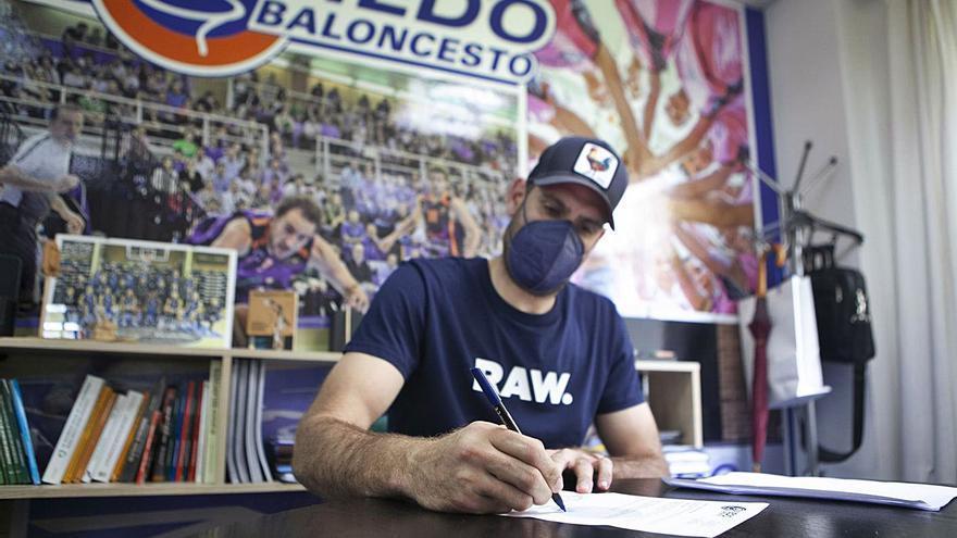 El capitán sigue al mando: Oliver Arteaga renueva con el Liberbank Oviedo Baloncesto