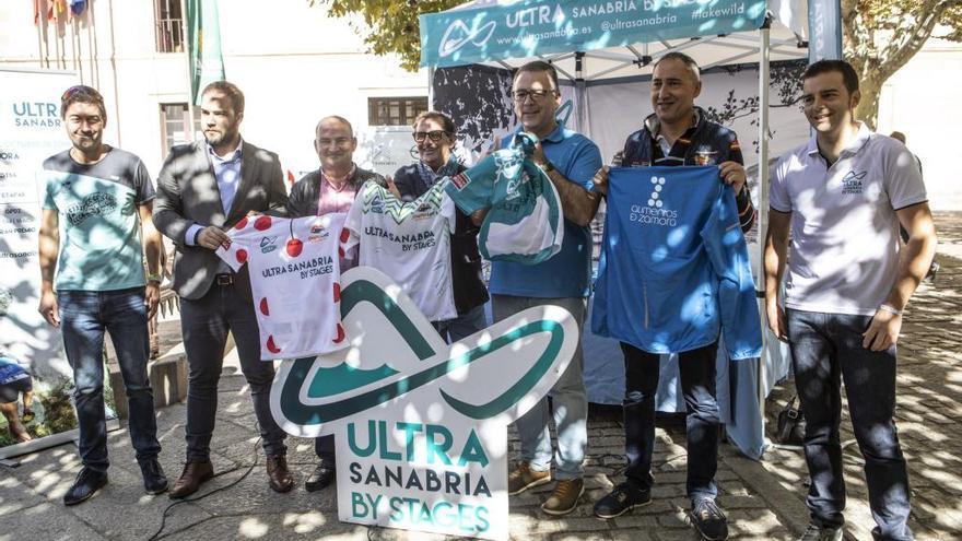 Representantes de la Glaciar Race, Diputación de Zamora y Caja Rural posan con los maillots de la prueba
