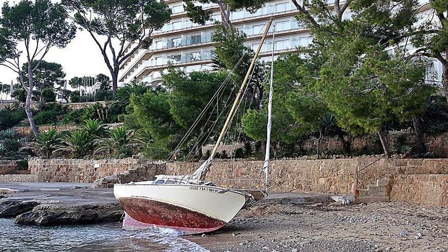 Un velero varado en Cala Fornells
