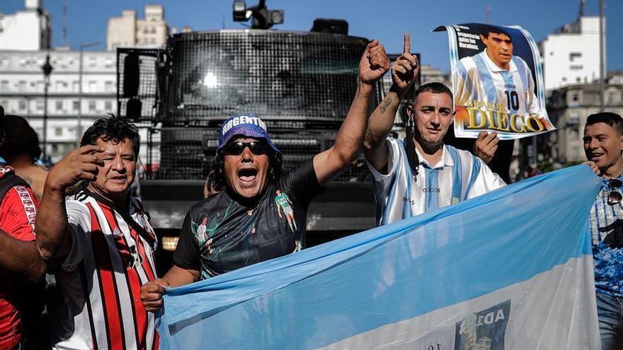 Maradona, enterrado tras un velatorio multitudinario y con un final caótico