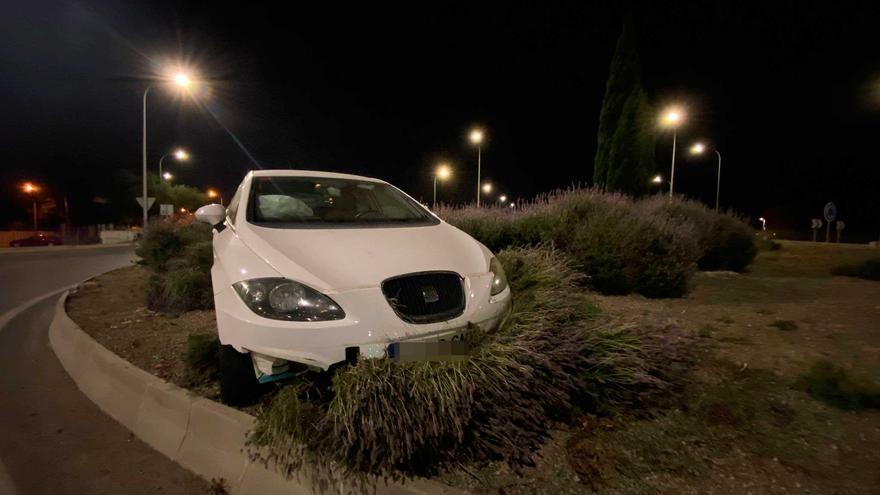 El conductor que se estrelló contra la rotonda de Can Blau salió ileso del accidente