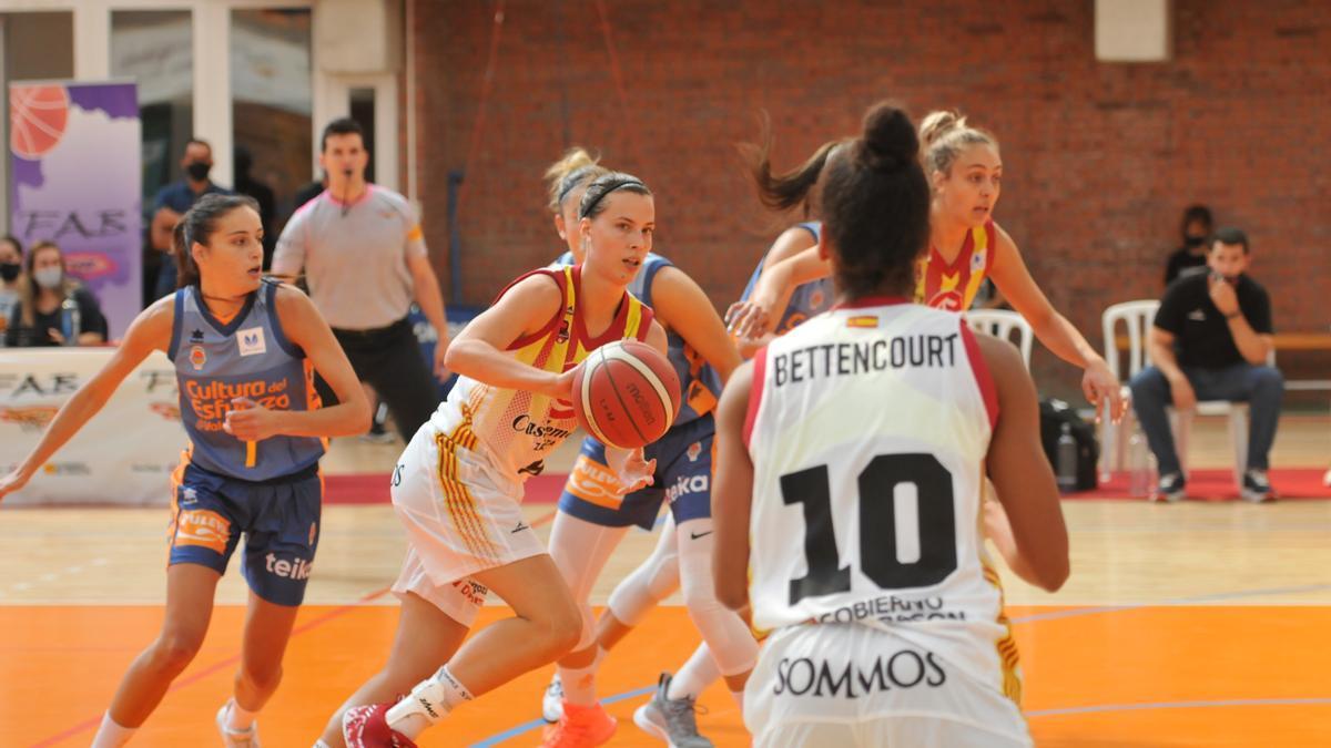 Delaere asiste a Bettencourt en un momento del partido en Teruel.