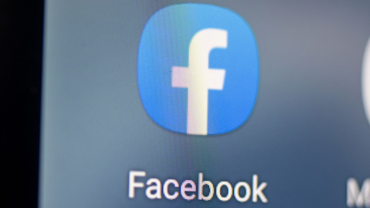 El logo de Facebook en un teléfono móvil.