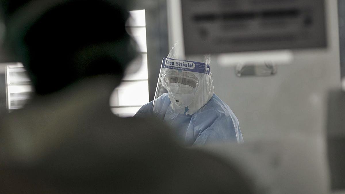 Un sanitario trabajando en la UCI de Son Espases durante la primera ola del coronavirus.