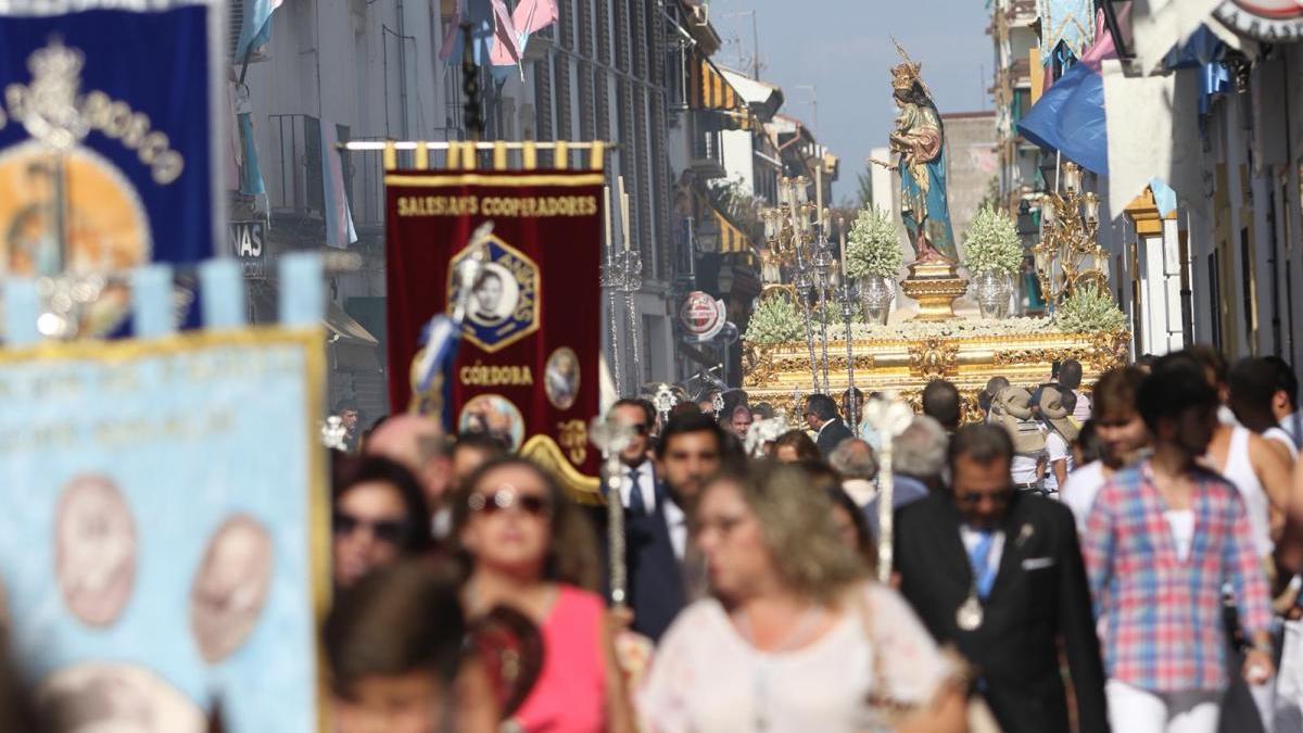 La procesión de María Auxiliadora coronada recorre las calles de Córdoba