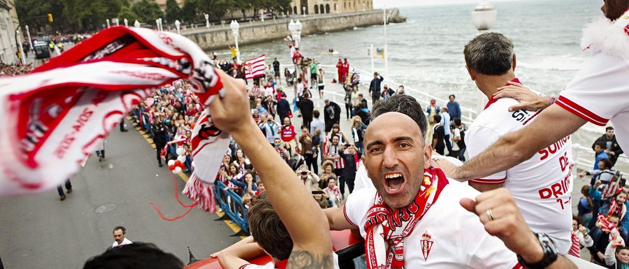 Abelardo celebra el último ascenso del Sporting por las calles de Gijón