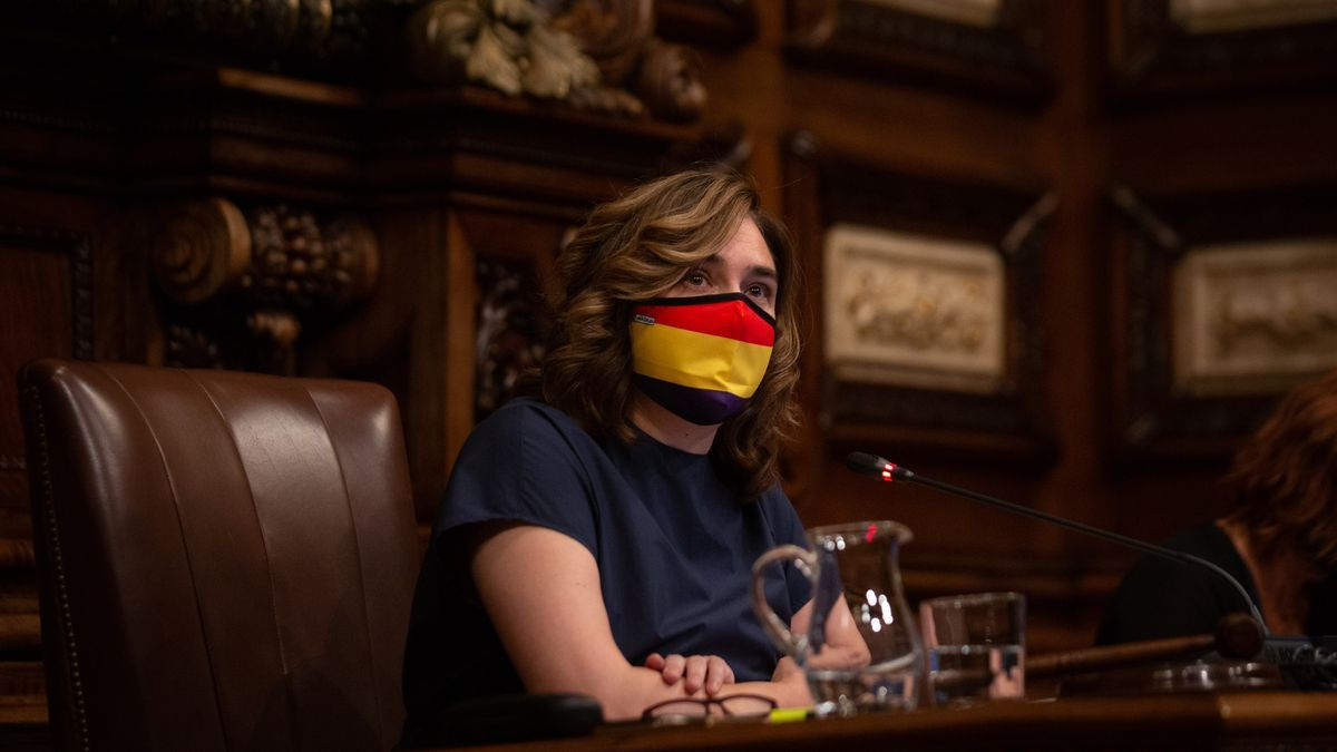 Colau pone el retrato del Rey en el pleno y ella lleva mascarilla con la bandera republicana.