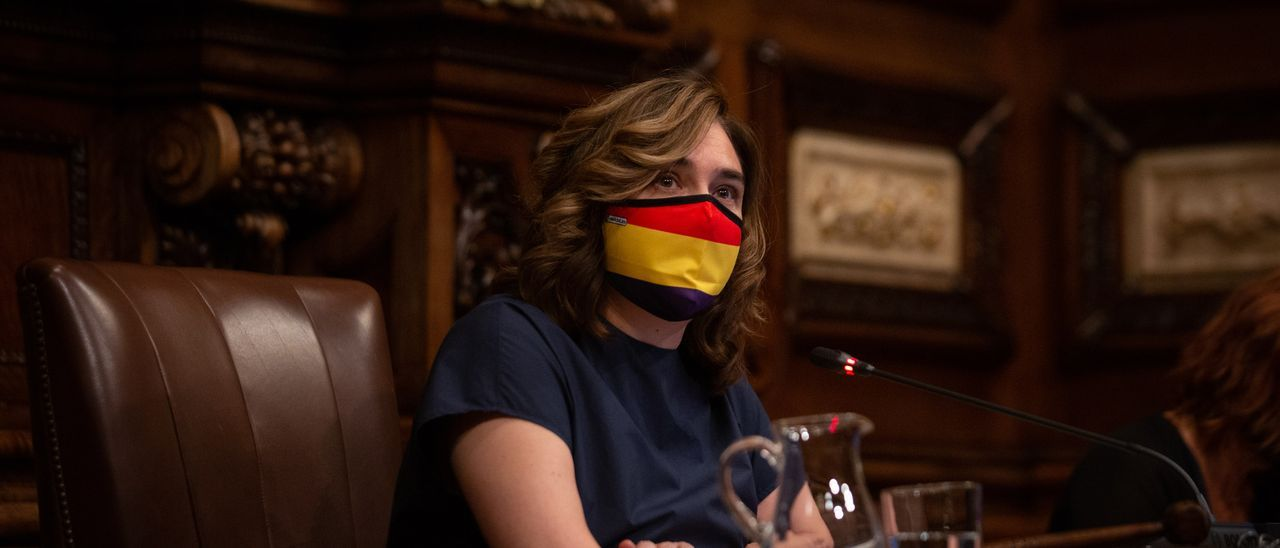 Colau pone el retrato del Rey en el pleno y ella lleva mascarilla con la bandera republicana