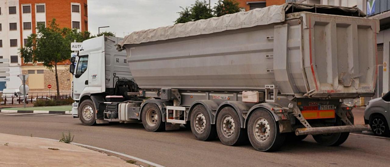 Uno de los camiones, al atravesar ayer la rotonda de la entrada norte a Sagunt. | TORTAJADA