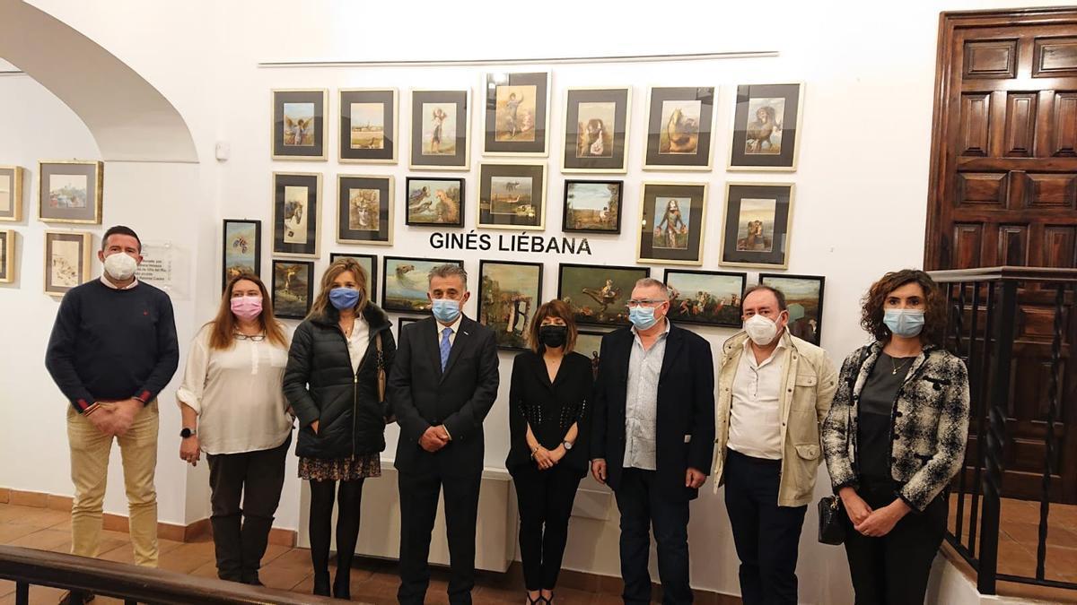 Autoridades y miembros de la organización, ante los 17 óleos donados por Ginés Liébana al Ayuntamiento.