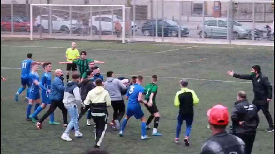 Batalla campal durante un partido de Regional en Barcelona