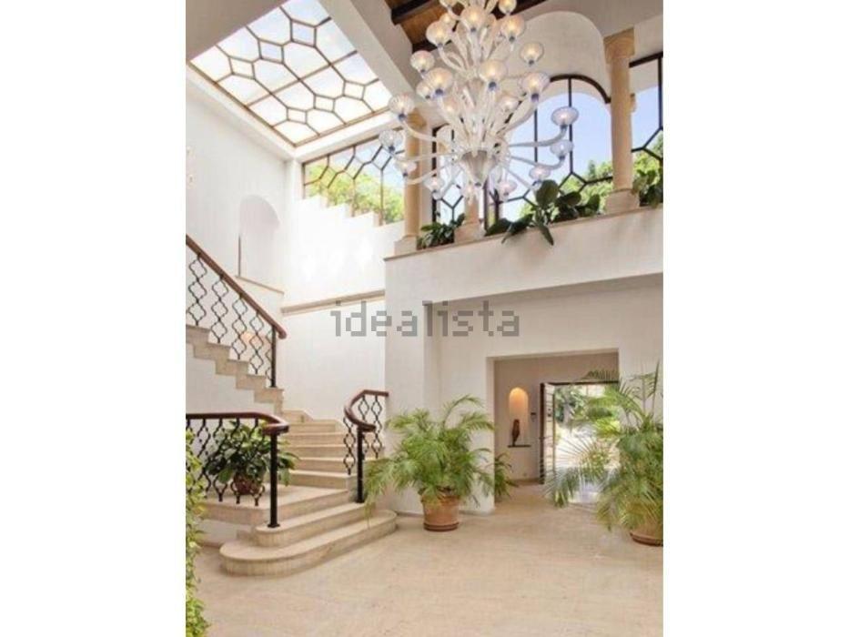 Doce habitaciones, diez baños, dos casas de invitados... así es la casa más cara de España, ubicada en Nueva Andalucía, según el portal inmobiliario Idealista