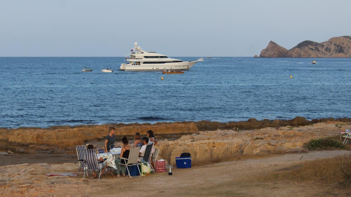 Una de las típicas cenas a la orilla del mar en el Muntanyar de Xàbia