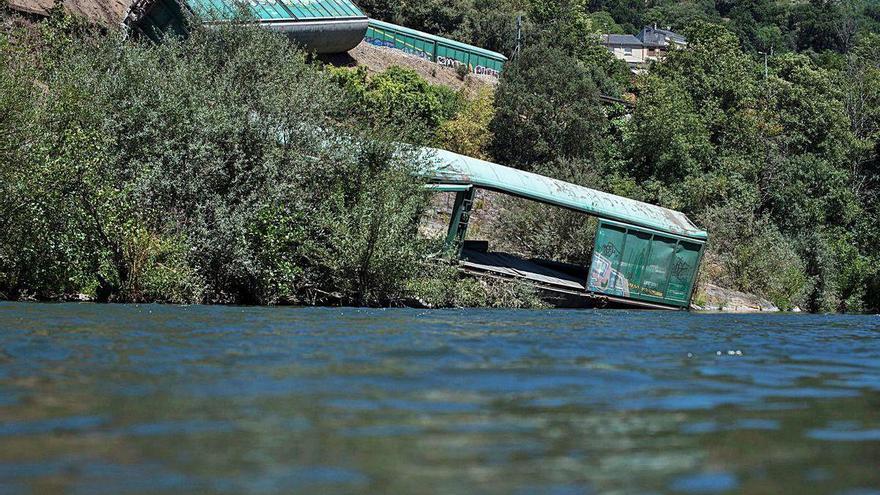 La Fiscalía investigará si hay delito en el caso de los vagones arrojados al río Sil