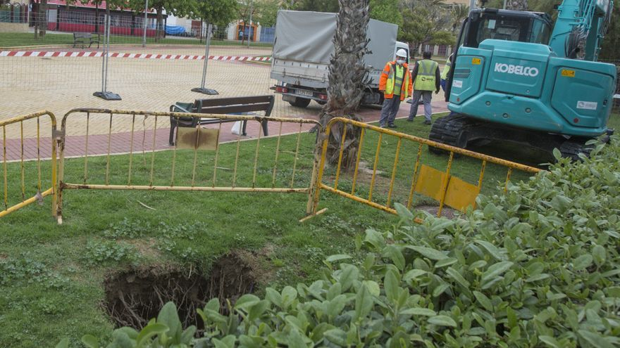 Socavón en el parque Joan Fuster de Alicante por la rotura del colector de aguas que pasa por debajo
