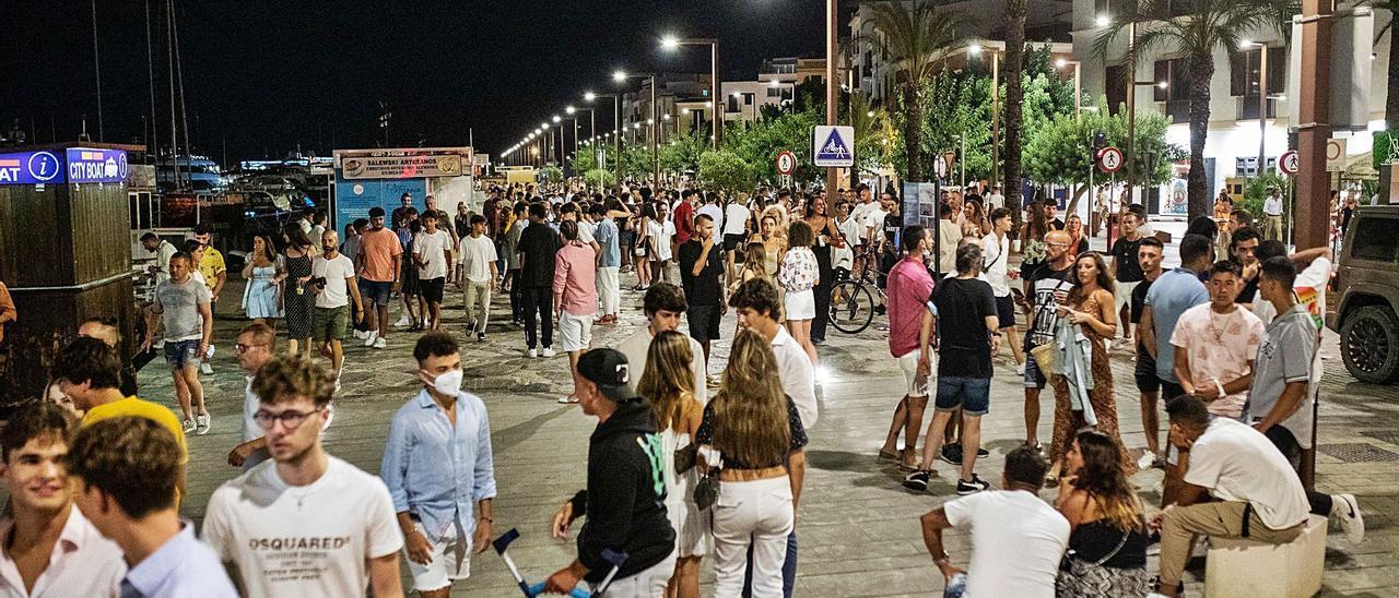 Centenares de personas en el puerto de Eivissa el pasado 26 de agosto tras el cierre de los bares y restaurantes. | ZOWY VOETEN
