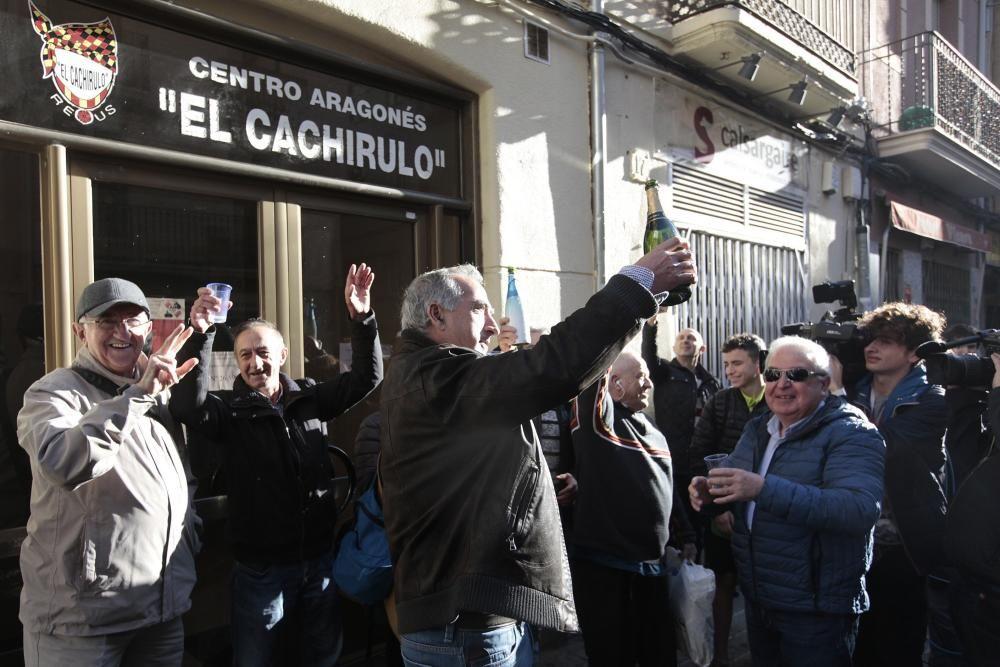 Un grupo de personas celebran haber sido agraciados con el número 26590 el Gordo de Navidad, que ha sido vendido, entre otros lugares, en el Centro Aragonés Cachirulo de Reus (Tarragona).