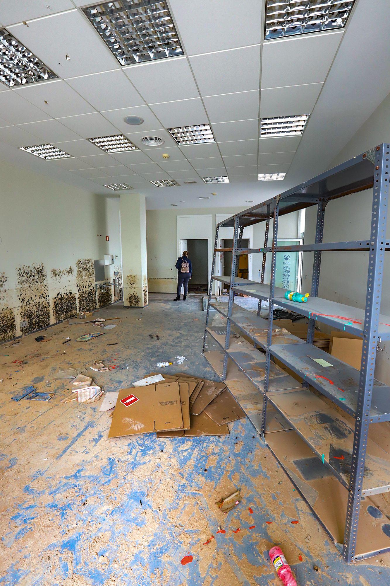 Lamentable estado en el que se encuentra el edificio que ocupó el Centro Oriol en el Palmeral