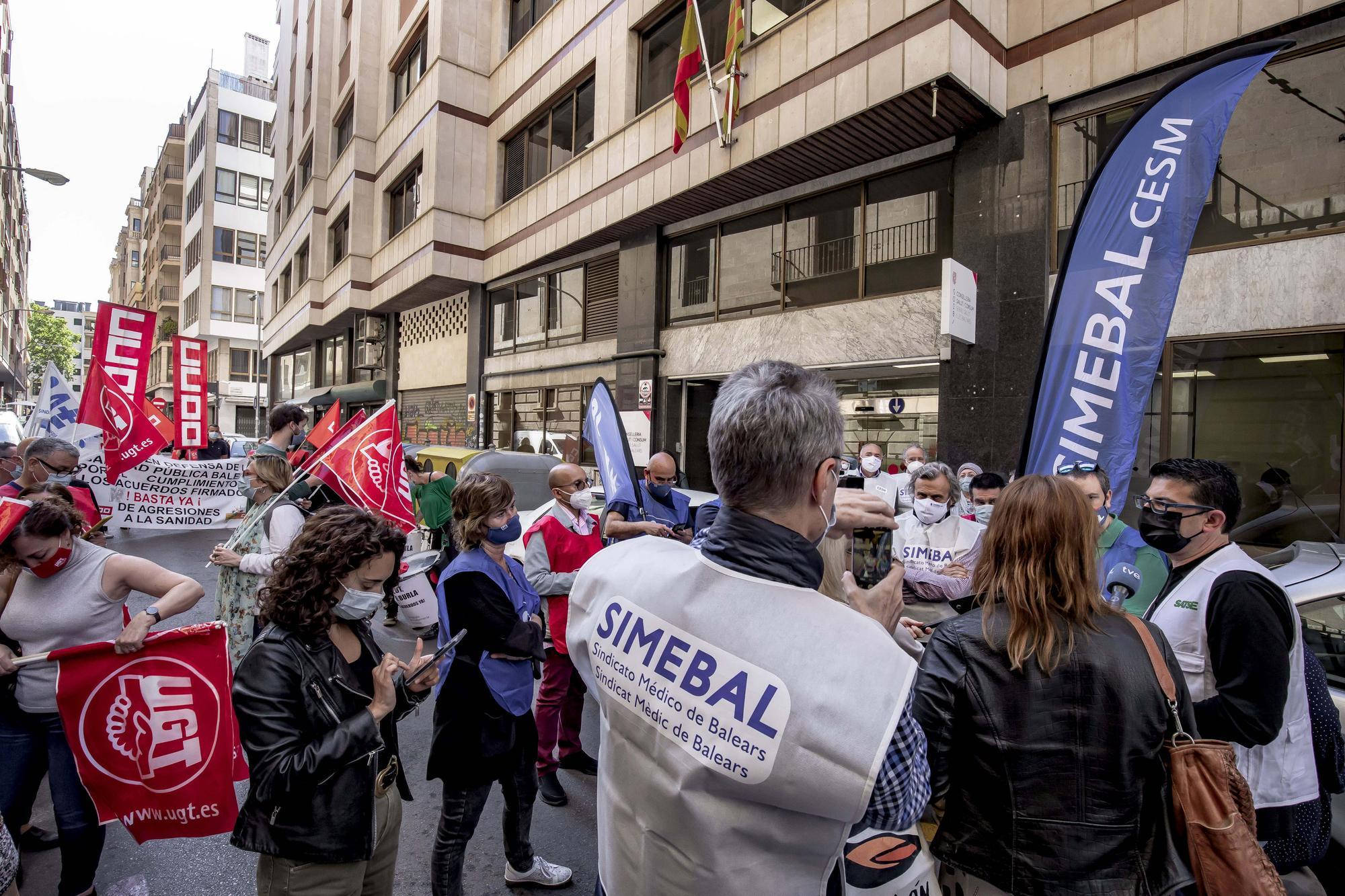 El sindicato de enfermería convocó una concentración ante el IB-Salut a la que se sumaron el resto de formaciones